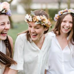 Freundinnen Shooting zum JGA mit selbstgebundenen Blumenkränzen vom Blumenkranz Workshop von Veronika Anna Fotografie