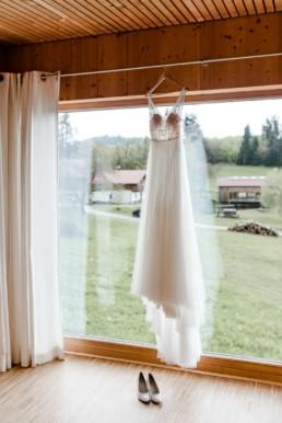 Das Outfit für die Braut hängt bereit