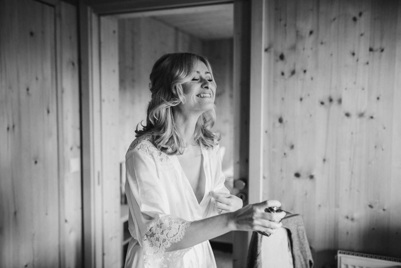 Happy Bride in the morning - Die Braut am Hochzeitsmorgen noch im Bademantel