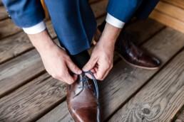 Die Schuhe werden geschnürt