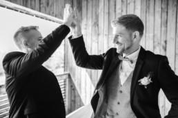 Bräutigam und Trauzeuge am Hochzeitsmorgen