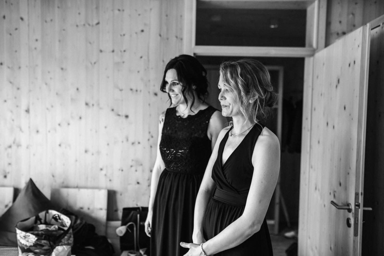 Freundinnen der Braut am Hochzeitsmorgen