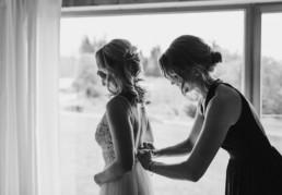 Das Hochzeitskleid wird angelegt