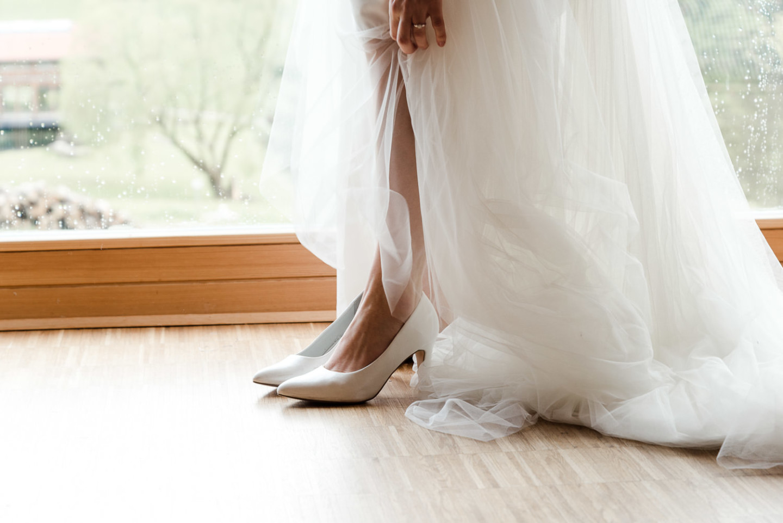 Hochzeitskleid und Schuhe