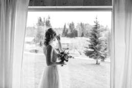 Die Braut am Fenster in Schwarz Weiß