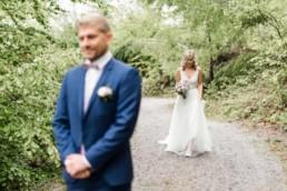Die Braut nähert sich langsam dem Bräutigam