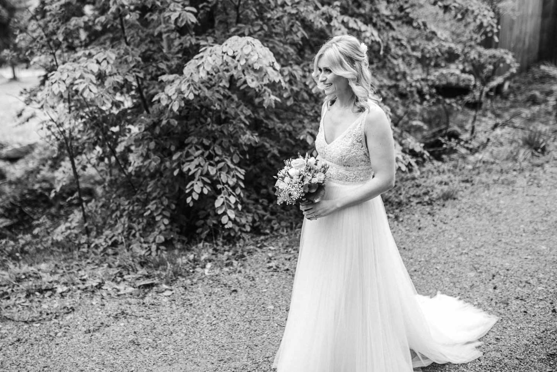 Die Braut blick ihren Bräutigam erwartungsvoll an