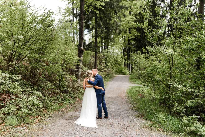 Romantische Hochzeitsfotos in der Natur