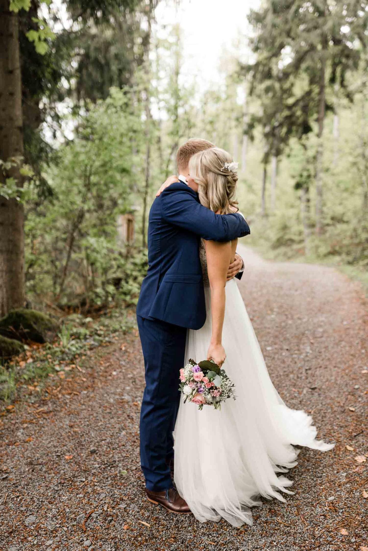 Das Brautpaar umarmt sich liebevoll