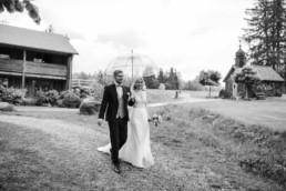 Brautpaar mit Regenschirm am Harlachberg