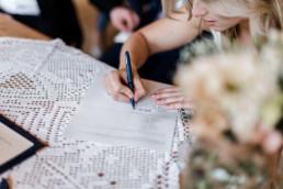 Die Braut unterzeichnet den Ehevertrag