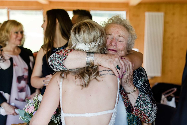 Braut und Großmutter bei der Gratulation