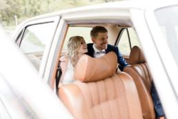 Brautpaar im Auto zur Trauung