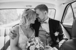 Brautpaar auf der Rücksitzbank