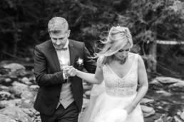 Pärchenbild er hält ihre Hand.
