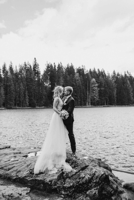 Schwarz Weiß Fotografie von Braut und Bräutigam am See