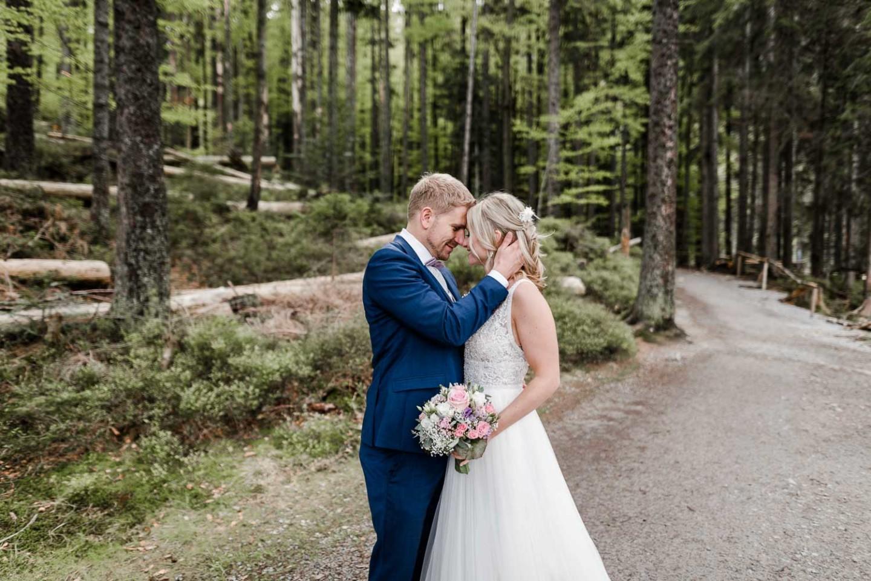 Romantische Hochzeitsfotos im bayerischen Wald