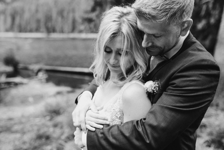 Pärchenshooting Braut und Bräutigam am See