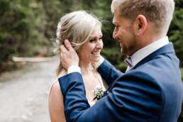 Pärchenfotos zru Hochzeit mit natürlichen Emotionen