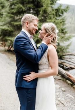 Braut und Bräutigam verliebt beim Shooting