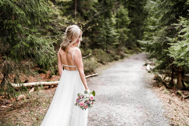 Braut am Waldweg - Hochzeitsfotos in der Natur