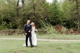 Braut und Brautvater vor der Trauung