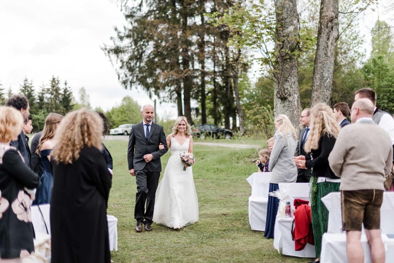 Natürliche Hochzeitsfotografie Braut betritt die Szene