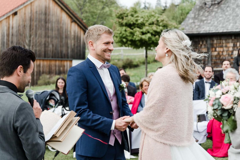 Braut und Bräutigam halten sich an den Händen zur freien Trauung