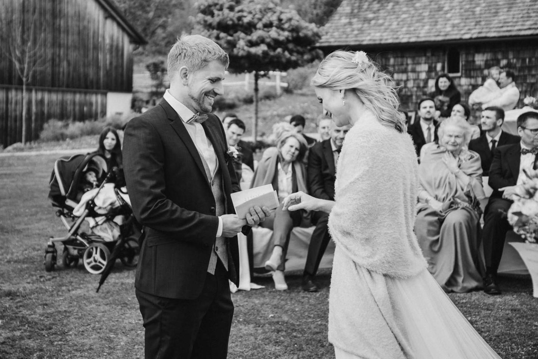 Braut und Bräutigam bei der freien Trauung Schwarz/ weiß