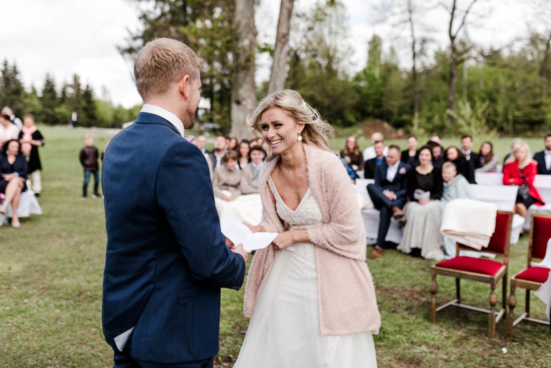 Trauung am Harlachberg, lachende Braut