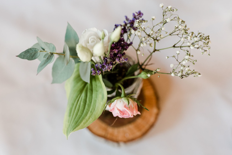 Blumenschmuck am Tisch