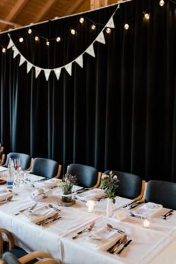 Lichterketten und Wimpelketten als Raumdekoration zur Hochzeit