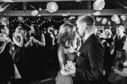 Paar beim Hochzeitstanz in Schwarz Weiß