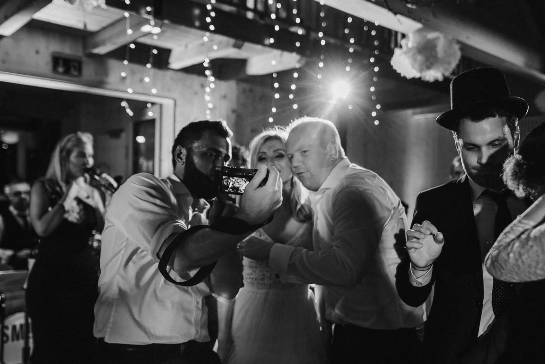 Wedding Pictures - Gäste machen Fotos mit der Braut