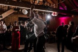 Hochzeitsparty mit Konfetti fotografiert von Veronika Anna Fotografie