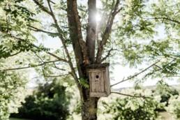 Vogelhäuschen in der freien Natur, aufgenommen auf der Hochzeit am Hofgut Hafnerleiten