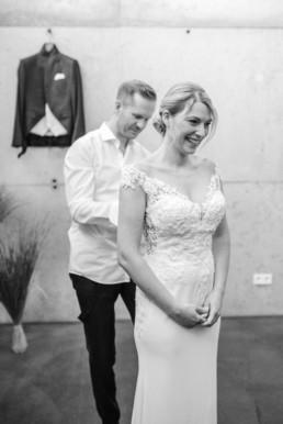 Teamwork - Braut und Bräutigam bereiten sich gemeinsam auf den Tag vor