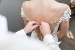Er schließ ihr Hochzeitskleid