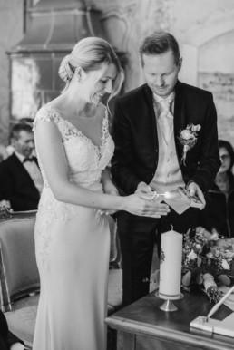 Die Hochzeitskerze wird feierlich entzündet