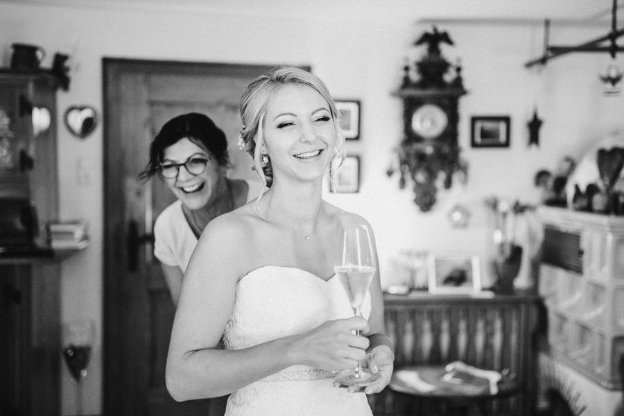 Die Mutter der Braut hilft dieser beim Anziehen