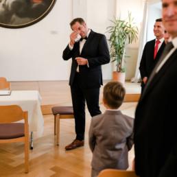 Der Bräutigam wischt sich die Freudentränen aus dem Gesicht.
