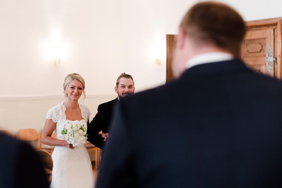 Die Braut wird vom Trauzeugen zu ihrem Bräutigam geführt.