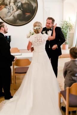 Emotionaler Moment der Trauung für Braut und Bräutigam