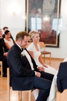 Standesamtliche Trauung mit glücklichem Brautpaar fotografiert von Hochzeitsfotografin Veronika Anna