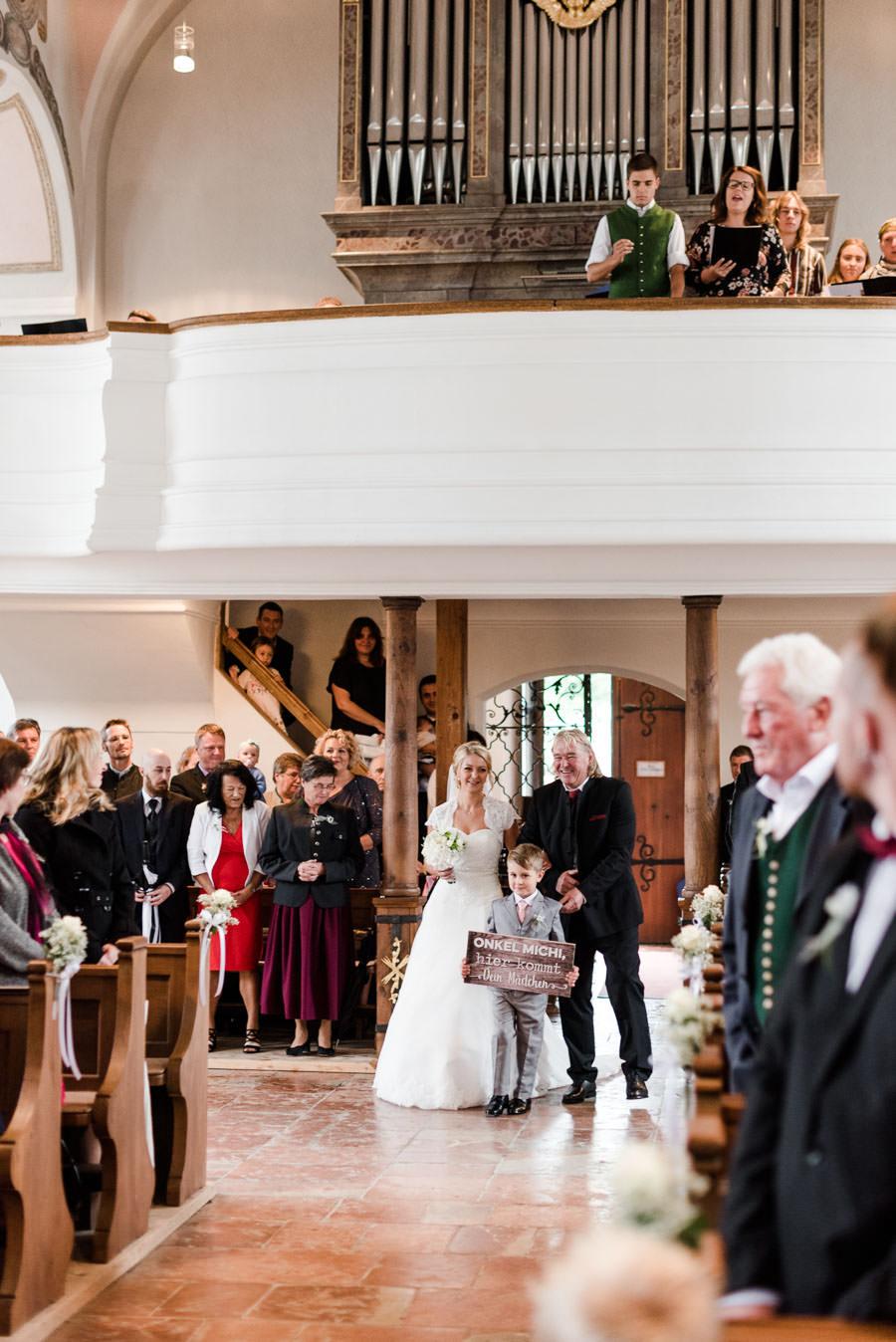 Einzug der Braut in die Kirche, zusammen mit dem Brautvater