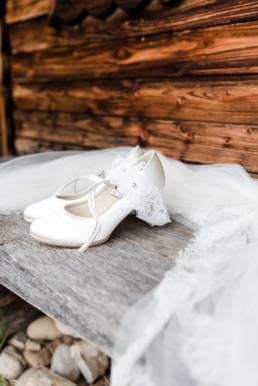 Brautschuhe und Schleier am Hochzeitsmorgen