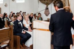 In der Kirche werden Fürbitten verlesen