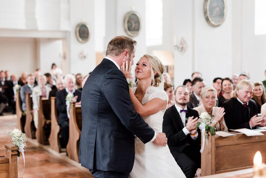 Das Brautpaar kurz nach dem Ja-Wort in der Kirche
