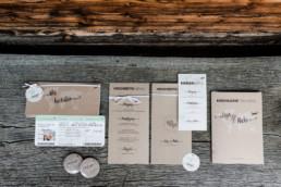 Ein abgestimmtes Papeterie-Konzept in Braun und Grün