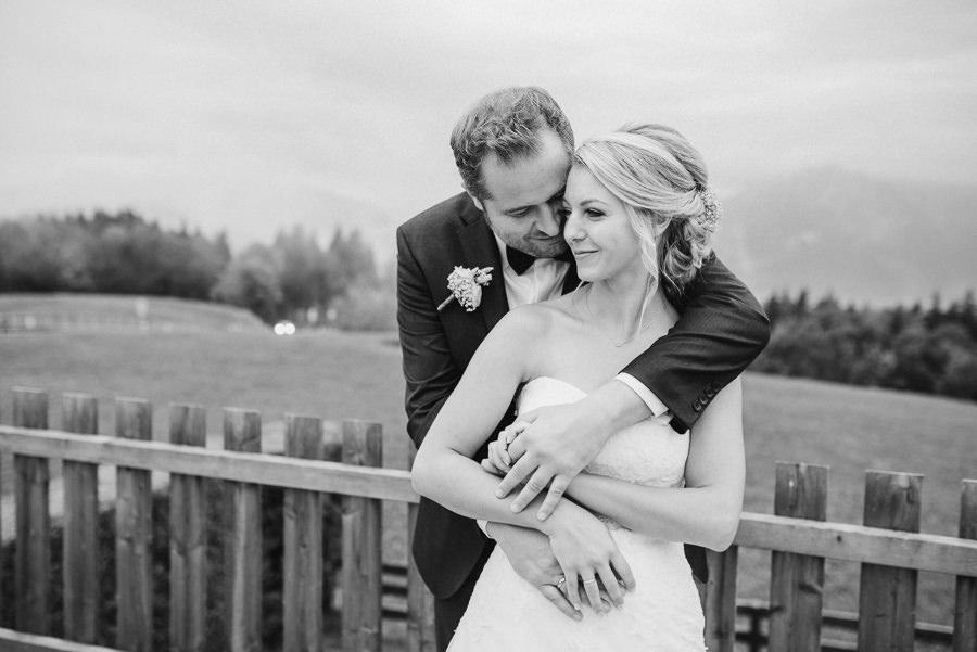 Verliebtes Brautpaar in Schwarz Weiß fotografiert